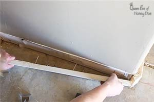 How To Remove Baseboards Without Damage to the Sheetrock! This simple trick will solve your problem! #homeimprovement #renovations #queenbeeofhoneydos